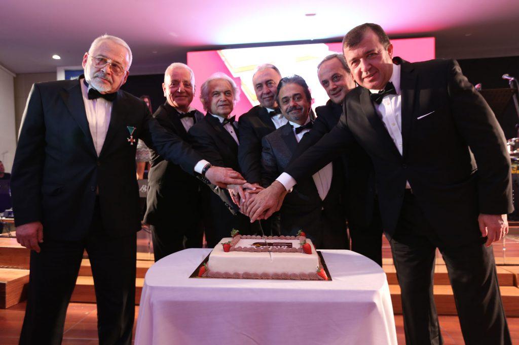 Gecede, ANSİAD üyeleri ve eşlerinden oluşan ANSİAD Çok Sesli Korosu'da bir konser verirken, ANSİAD Geçmiş Dönem Başkanlarının pasta kesimi ve ardından Sunshine Band orkestrasının konseri ile son buldu.